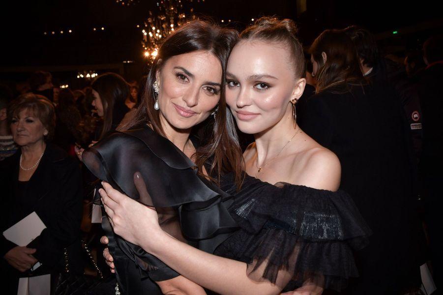 PenélopeCruz et Lily-Rose Depplors du défilé Chanel Métiers d'Art àParis le 4décembre2019.