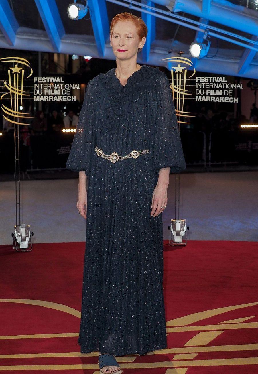 Tilda Swintonse rend l'hommage donné à Bertrand Tavernier pour l'ensemble de sa carrière lors du festival du film de Marrakech, le 1er décembre 2019.