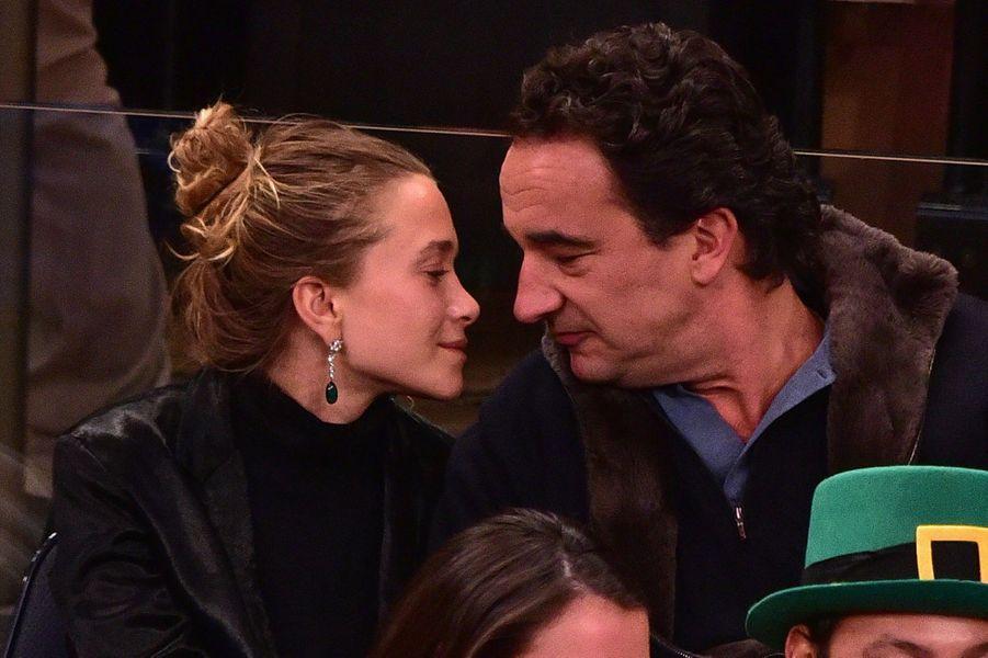 Mary-Kate Olsen et Olivier Sarkozy lors d'un match des Knicks au Madison Square Garden à New York en mars 2015