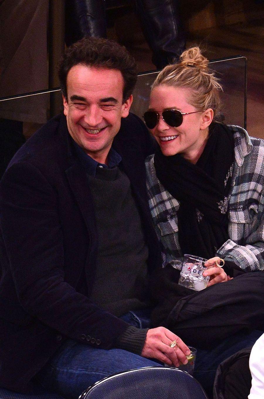 Mary-Kate Olsen et Olivier Sarkozy lors d'un match des Knicks au Madison Square Garden à New York en novembre 2013