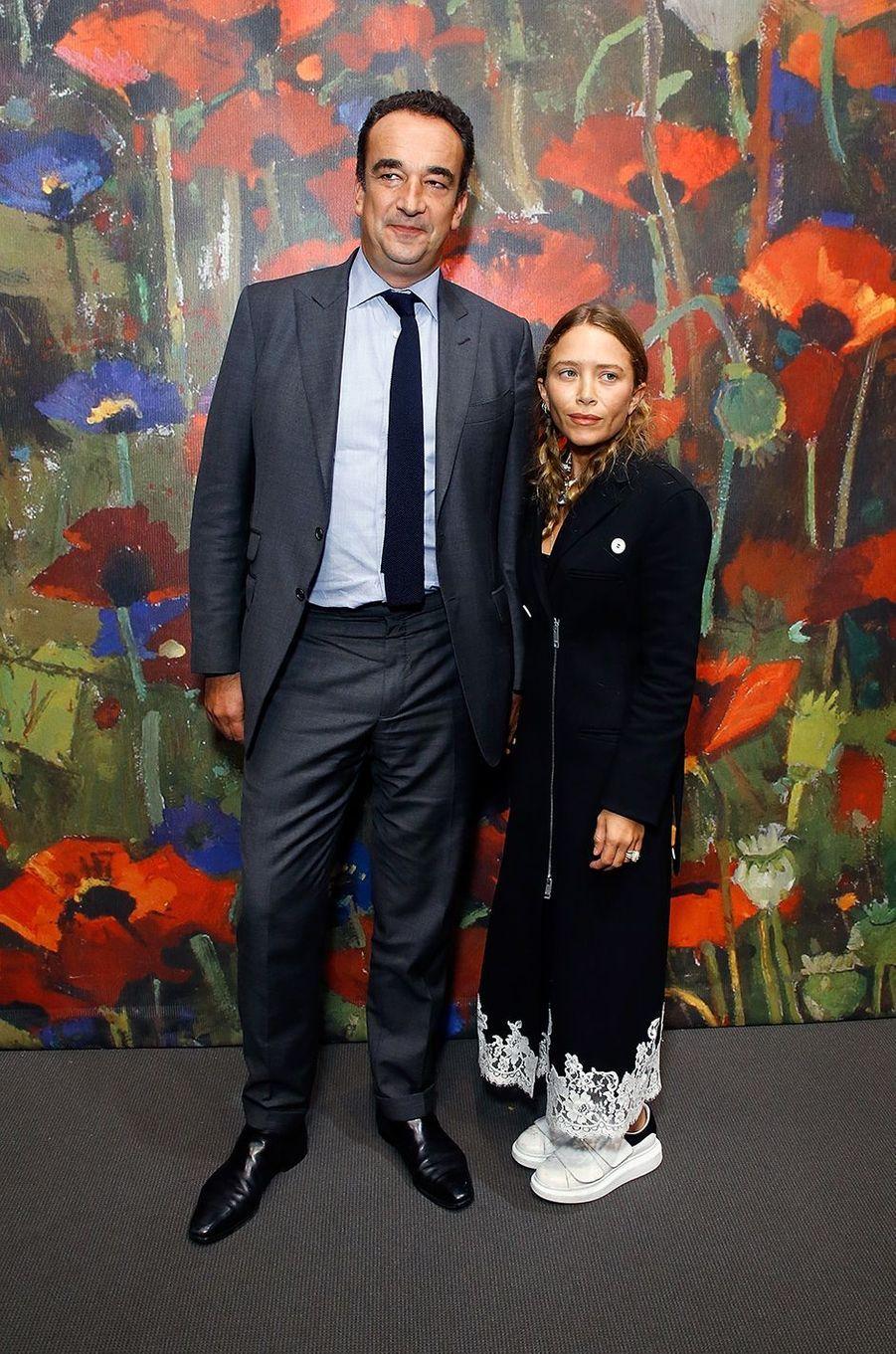 Olivier Sarkozy et Mary-Kate Olsen lors d'une vente aux enchères chez Sotheby's à New York en octobre 2017