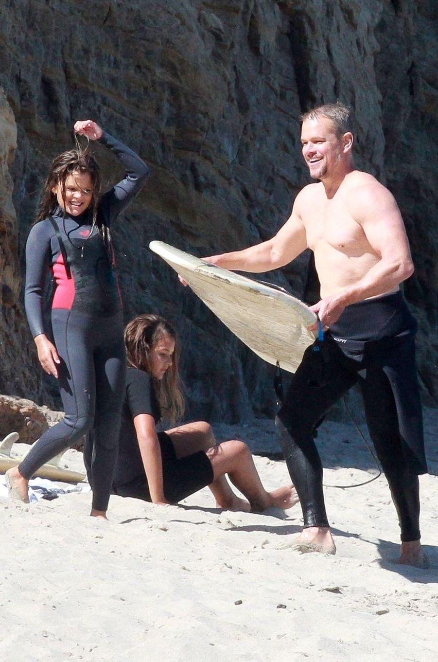 Matt Damon fait du surf en famille à Malibu le 12 août 2020