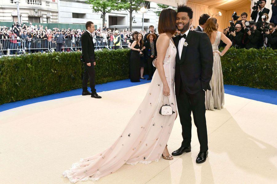 Instant de complicité entre Selena Gomez et The Weeknd.