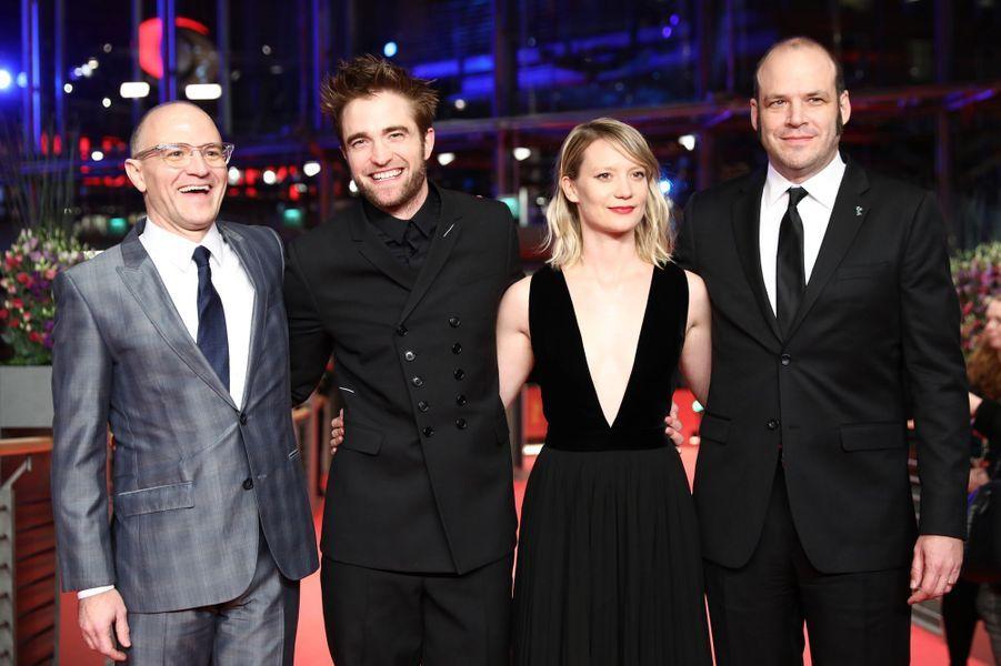 """Robert Pattinson et Mia Wasikowska au Festival de Berlin 2018, entouré de David et Nathan Zellner les réalisateurs de """"Damsel""""."""