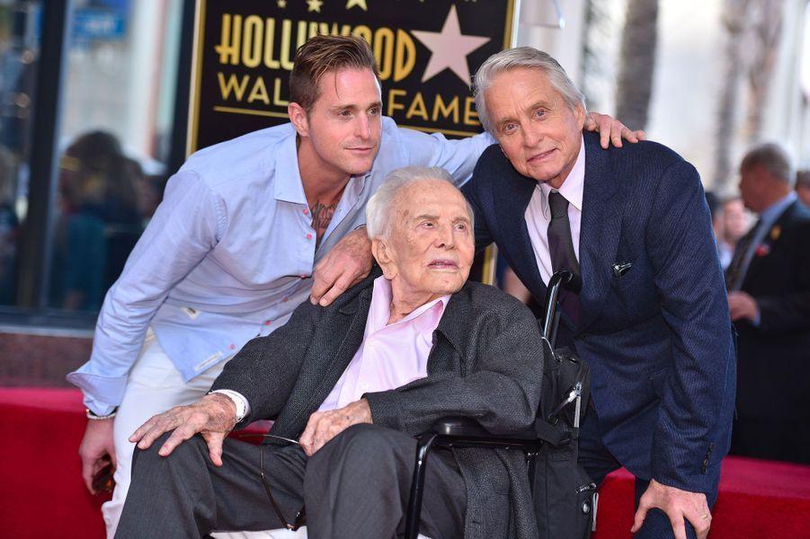 Michael Douglas avec Cameron Douglas et Kirk Douglas pour l'inauguration de son étoile sur Hollywood Boulevard le 6 novembre 2018