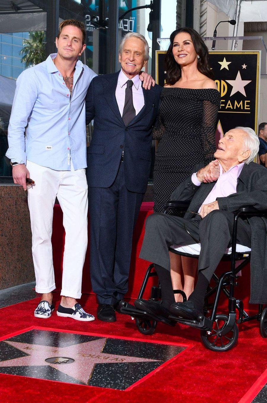 Michael Douglas avec Catherine Zeta-Jones, Cameron Douglas et Kirk Douglas pour l'inauguration de son étoile sur Hollywood Boulevard le 6 novembre 2018