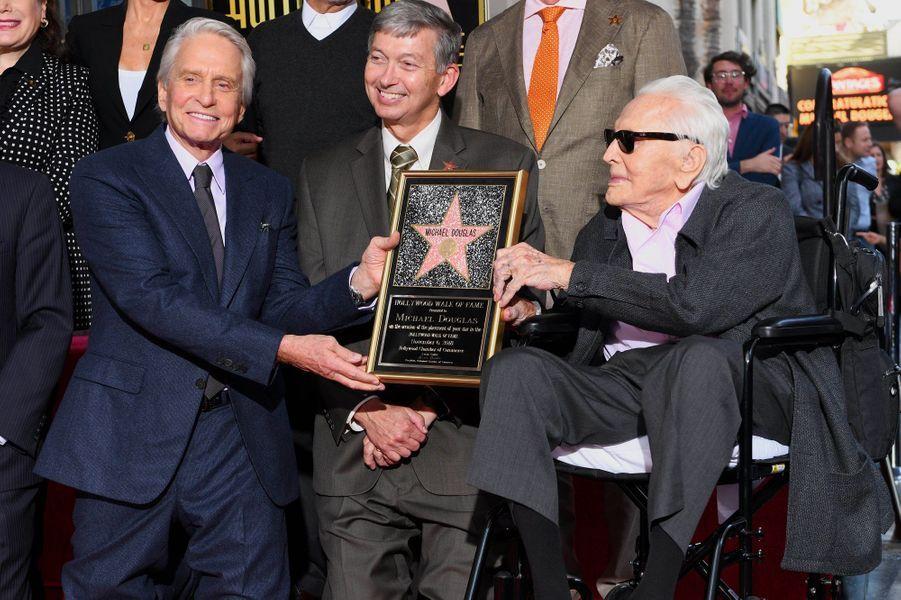 Michael Douglas avec son père Kirk Douglas pour l'inauguration de son étoile sur Hollywood Boulevard le 6 novembre 2018