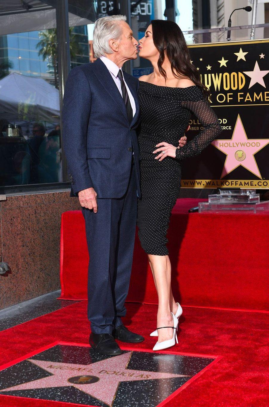 Michael Douglas avec Catherine Zeta-Jones pour l'inauguration de son étoile sur Hollywood Boulevard le 6 novembre 2018