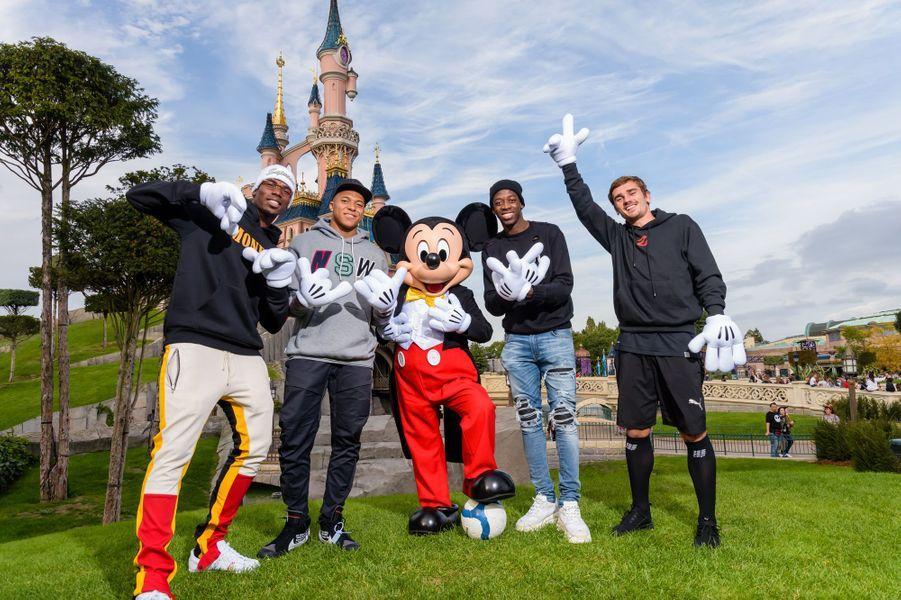 Les bleus champions du monde 2018et Mickey.
