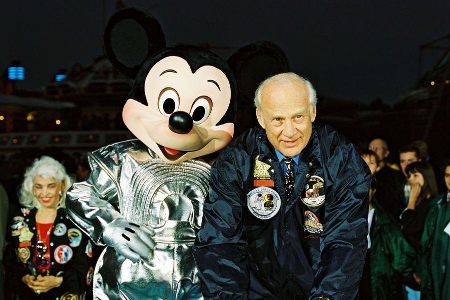Buzz Aldrinet Mickey.