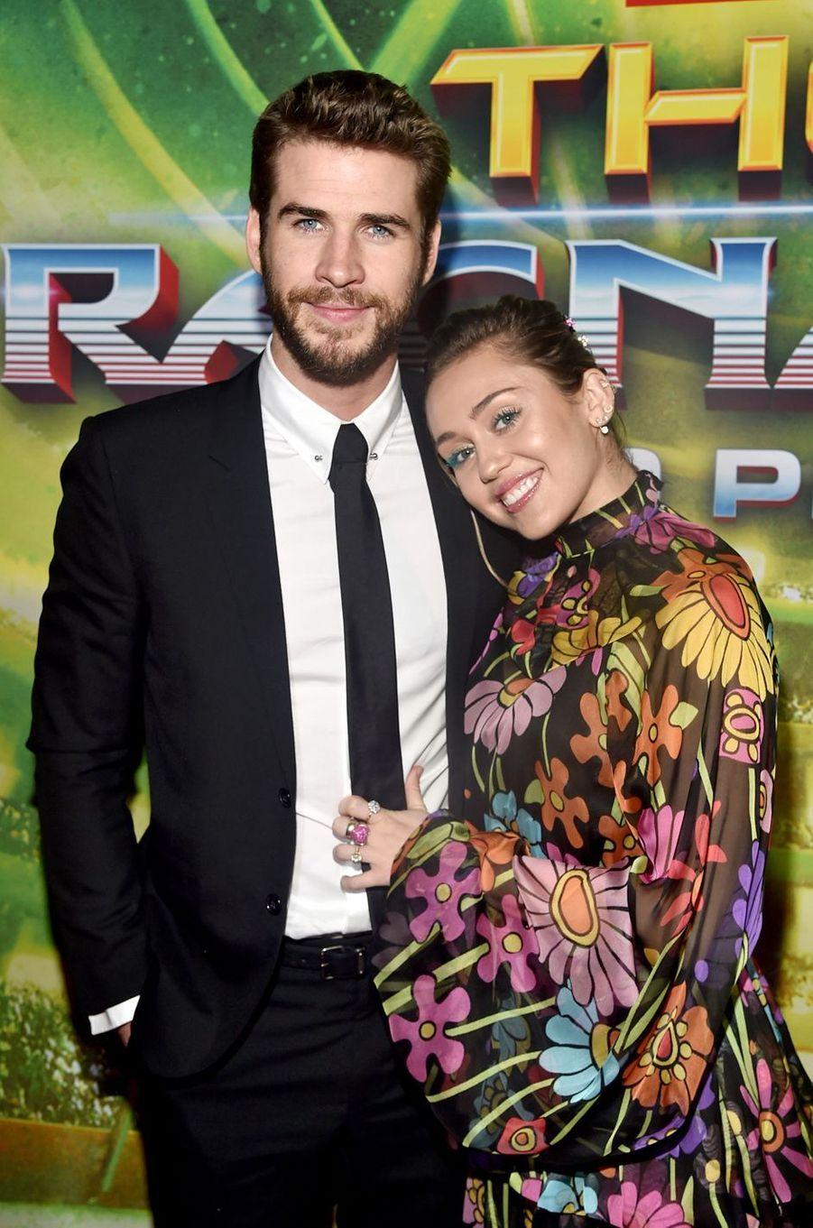 """Miley Cyrus et Liam Hemsworth à la présentation de """"Thor : Ragnarok"""", à Los Angeles le 10 octobre 2017."""