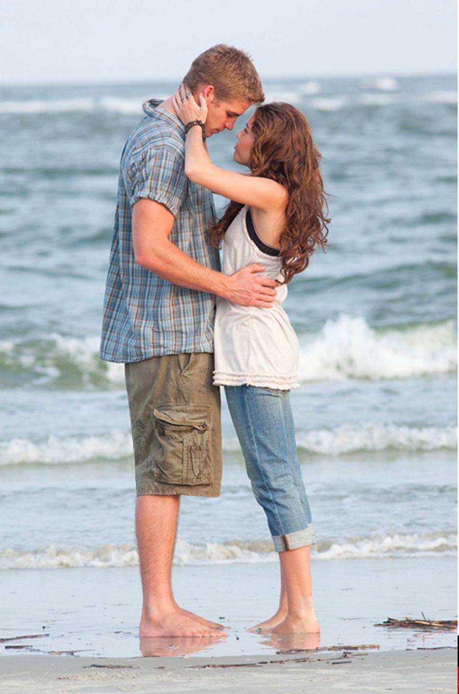 """Miley Cyrus et Liam Hemsworth dans """"The Last Song"""" en 2009"""