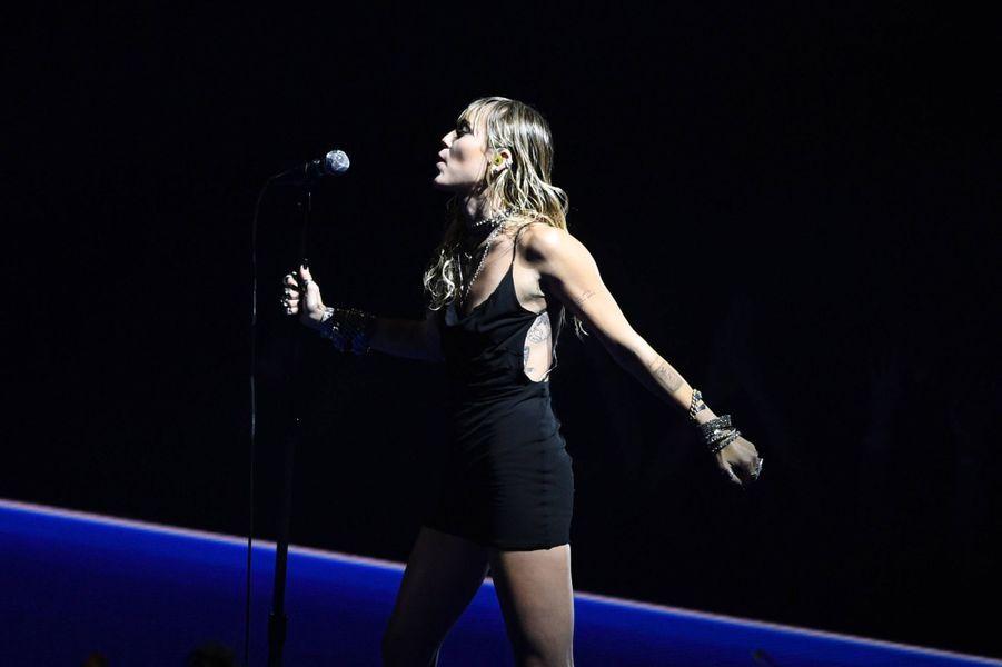Miley Cyrus interprète sa chanson «Slide Away» aux MTV VMAs à Newark le 26 août 2019