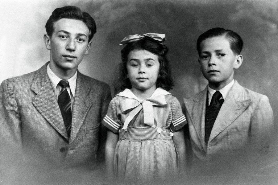 Album de famille de Mireille Darc, l'actrice n'a que 5 ans, entourée de ses frères Roger et Maurice.