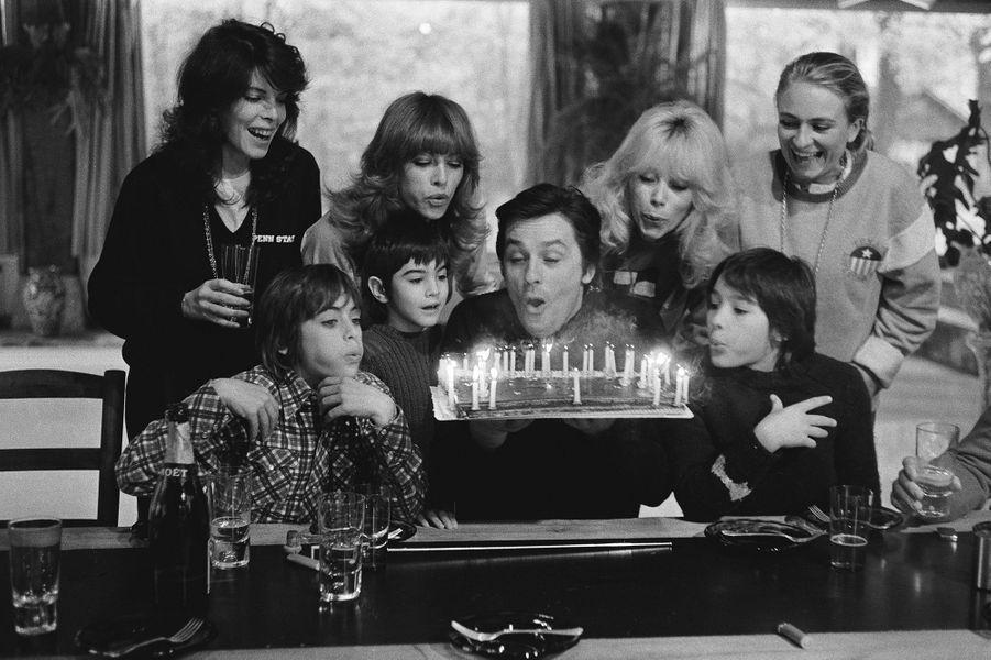 Mireille Darc tout près d'Alain Delon lors de son anniversaire.