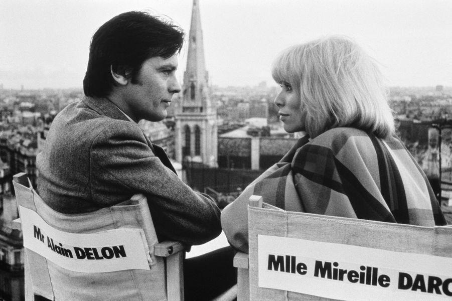"""Mireille Darc avec Alain Delon sur le tournage du film """"L'Homme pressé""""."""