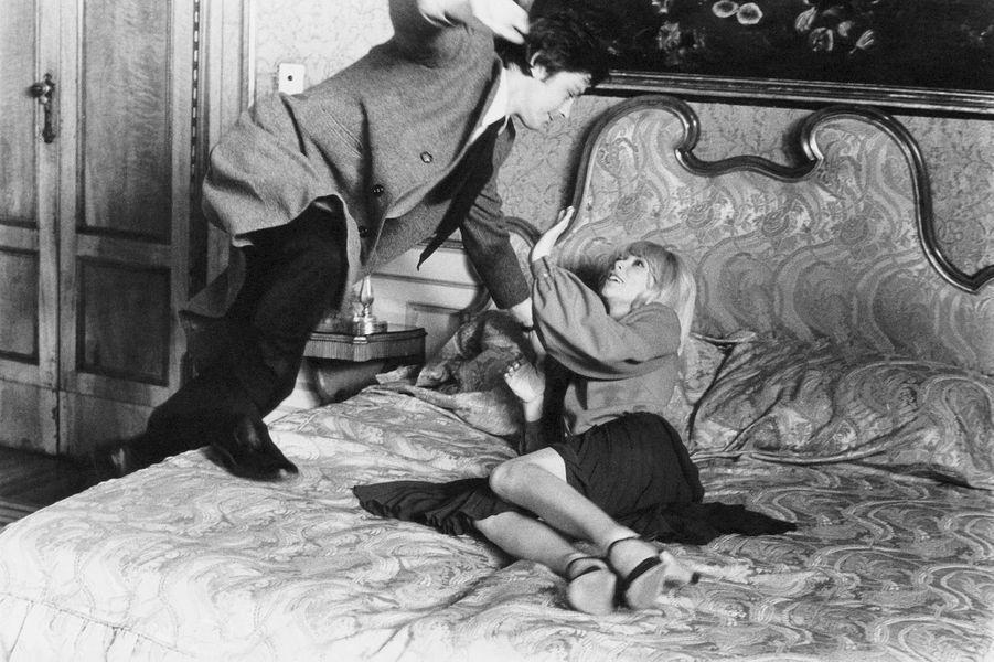 Mireille Darc avec Alain Delon sur le tournage d'«Un Homme pressé» d'Edouard Molinaro à Venise.