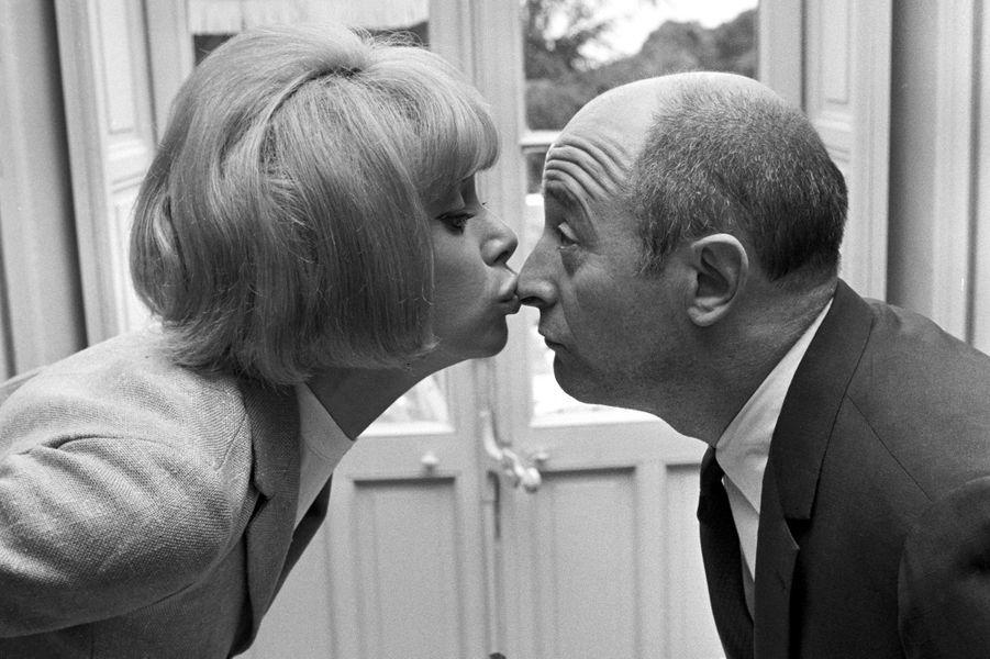 Mireille Darc donne un baiser sur le nez de Michel Audiard lors du 19e Festival de Cannes, 1966.