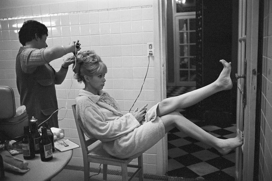 Mireille Darc pose pour Paris Match en 1966 pour fêter ses 10 ans de carrière.