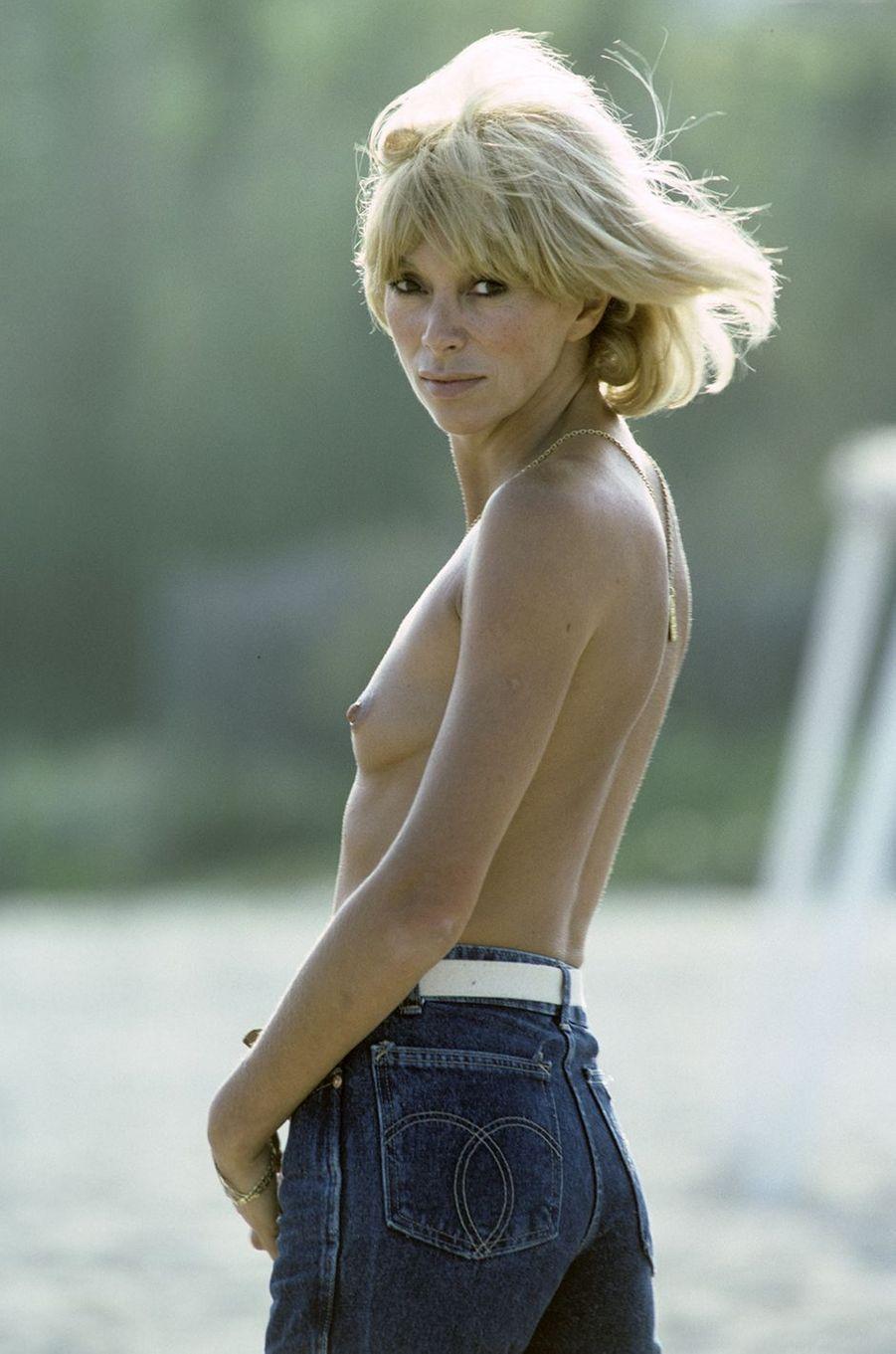 Mireille Darc pose pour Paris Match, seins nus, en mai 1982.