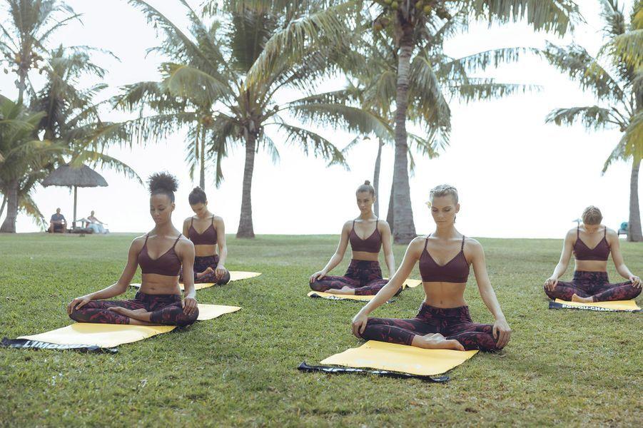 Cours de yoga sous les palmiers pour les candidates du concours Miss France