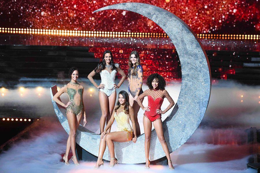 Vaimalama Chaves avec les quatre autres finalistes du concours Miss France 2019