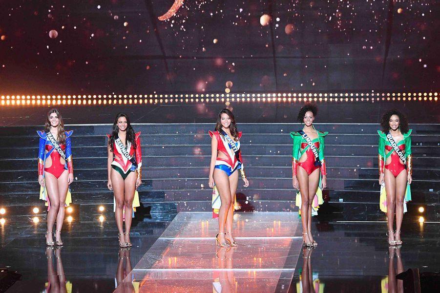 Vaimalama Chaves avec les douze demi-finalistes du concours Miss France 2019