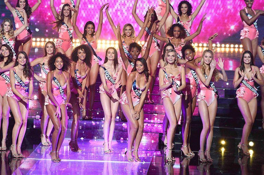 Vaimalama Chaves avec les candidates du concours Miss France 2019