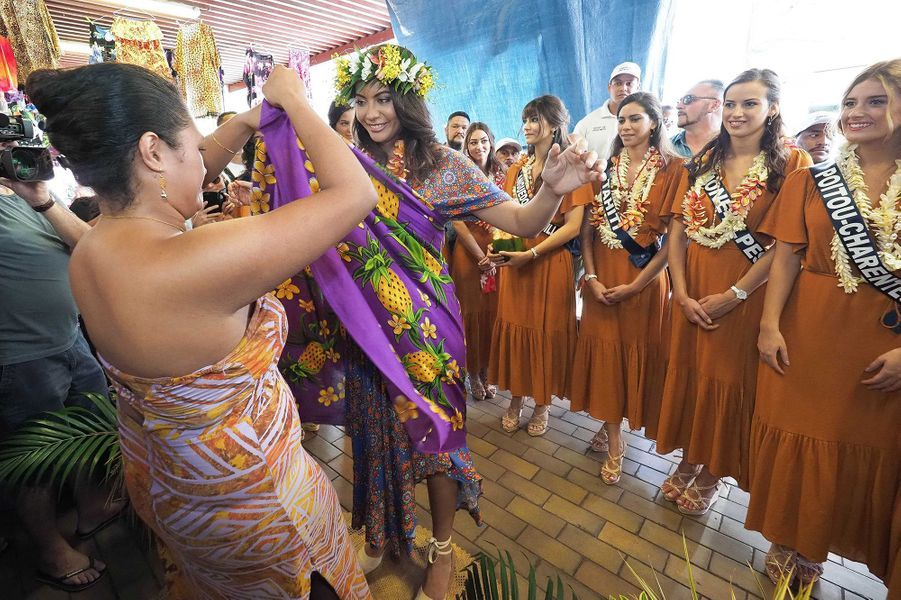 Les Miss (Ile-de-France, Guadeloupe, Lorraine, Languedoc-Roussillon, Rhône-Alpes, Auvergne, Côte d'Azur, Alsace, Poitou-Charentes et Tahiti) visitent le marché de Papeete à Tahiti le 19 novembre 2019