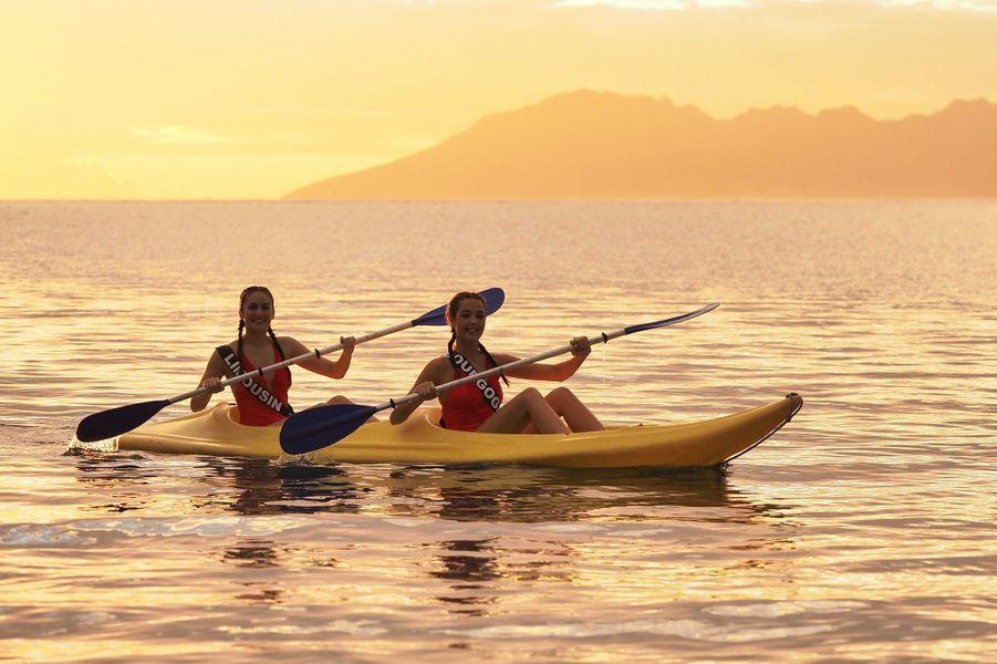 Miss Limousin, Bourgogne, Réunion, Franche-Comté et Limousin font du kayak lors du voyage de préparation au concours de Miss France 2020 à Tahiti