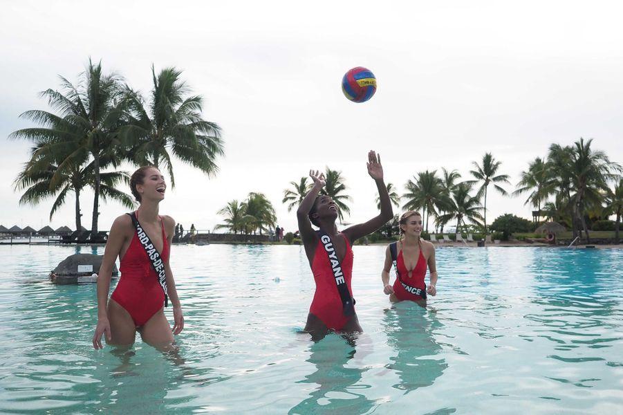 Miss Midi-Pyrénées, Guyane, Provence, Nord-Pas-de-Calais, Corse et Mayotte jouent au volley-ball dans la piscine de l'hotel Intercontinental lors du voyage de préparation au concours de Miss France 2020 à Tahiti
