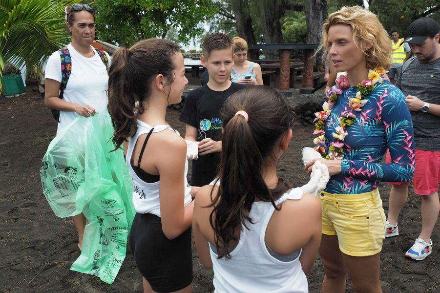 Les candidates au concours de Miss France 2020 nettoient les plages de Pointe Venus lors du voyage de préparation à Tahiti le 20 novembre 2019