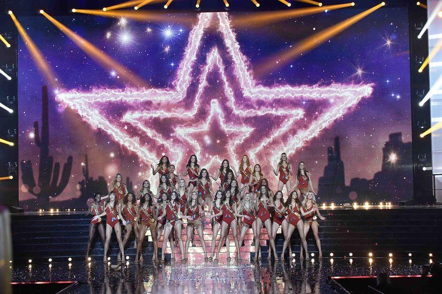 Les trente Miss régionales défilent en maillot de bain lors de l'élection de Miss France 2020 à Marseille le 14 décembre 2019