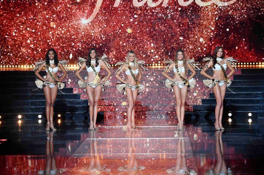 Les cinq miss finalistes : Miss Guadeloupe, Miss Tahiti, Miss Provence, Miss Côte d'Azur et Miss Bourgogne.