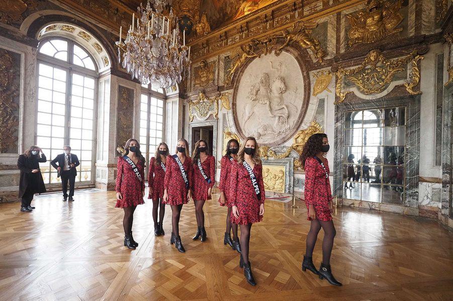 Les 29 prétendantes au titre de Miss France 2021 visitent le château de Versailles lors du préparatif du concours le 30 novembre 2020