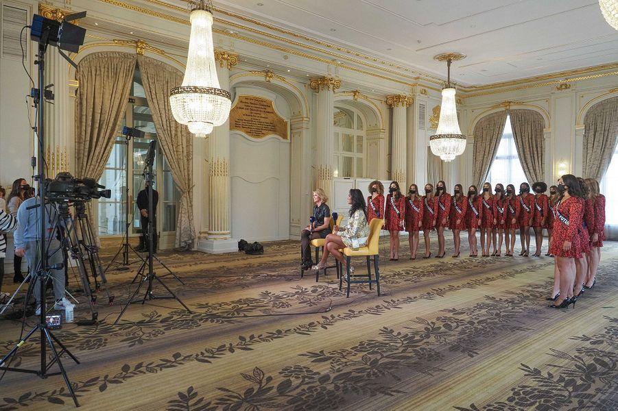 Sylvie Tellier et Clémence Botino, Miss France 2020, lors d'une interview au château de Versailles le 30 novembre 2020