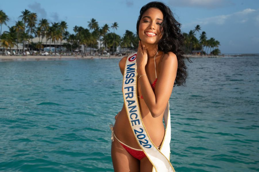 Clémence Botino, de retour sur son île natale. La jeune et jolie Guadeloupéenne qui fut élue Miss France le14 décembre 2019 au Dôme de Marseille a pris la pose devant les photographes, notamment à la sublime plage de la Caravelle à Saint-Anne.
