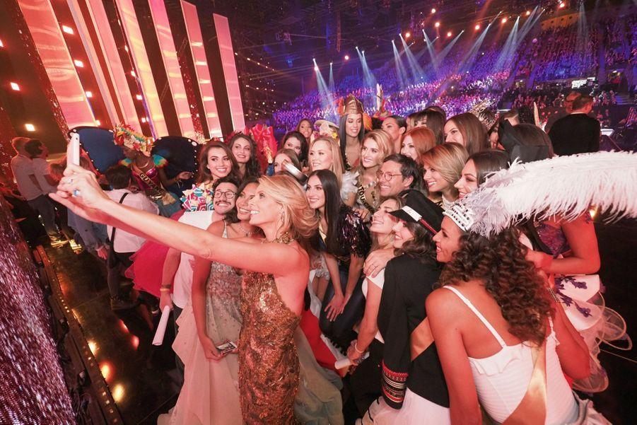 Du monde sur le selfie de Sylvie Tellier avec Miss France 2019.