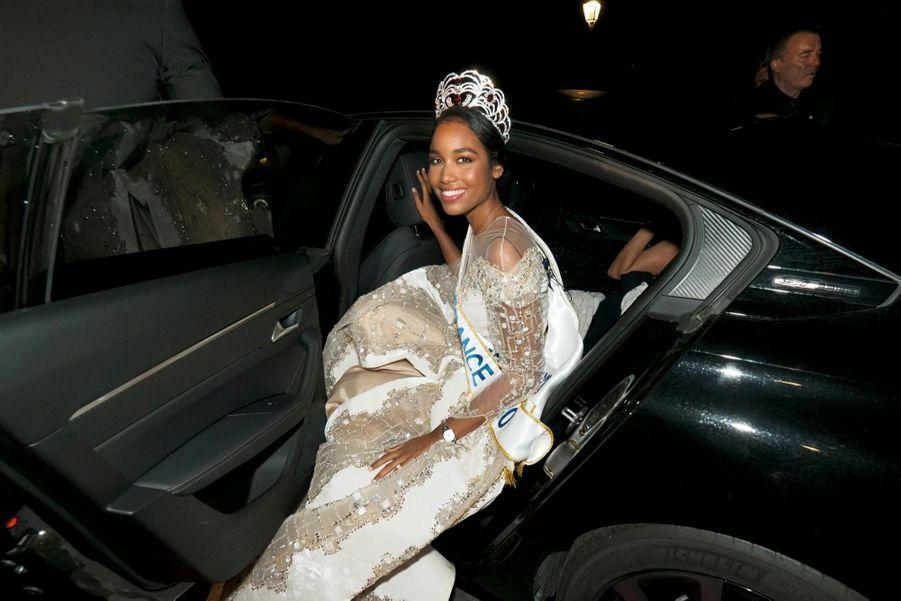 Au milieu de la nuit, la reine de la soirée rejoint l'hôtel InterContinental.