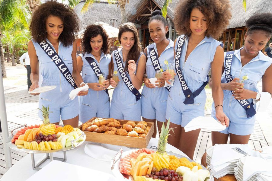 Les Miss profitent d'un buffet à l'hôtel Dinarobin Beachcomber Golf Resort & Spa