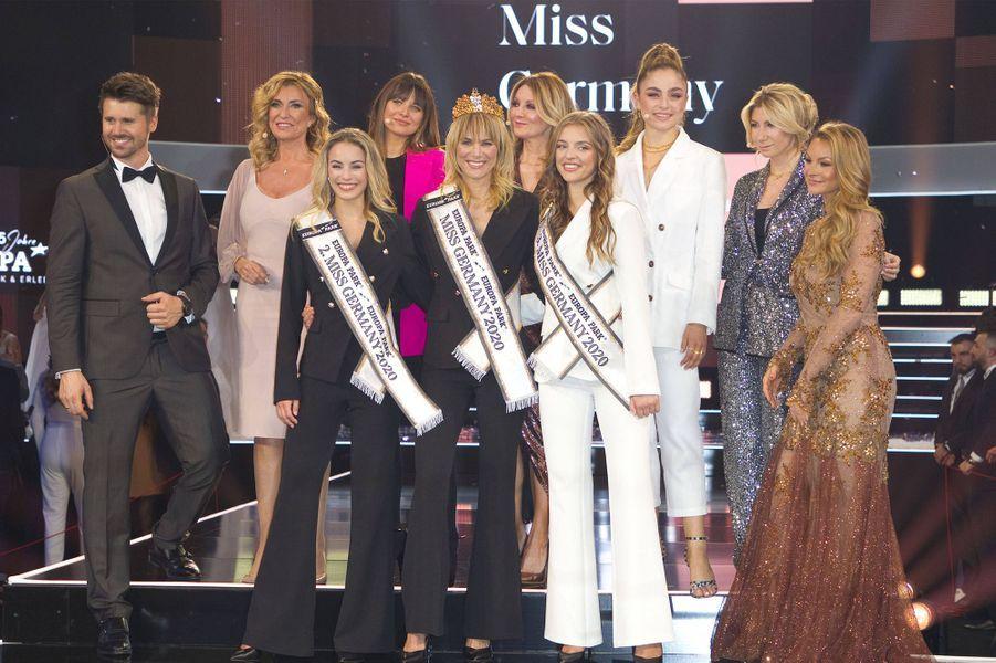 Miss Germany 2020, ses deux dauphines et le jury du concours de beauté.