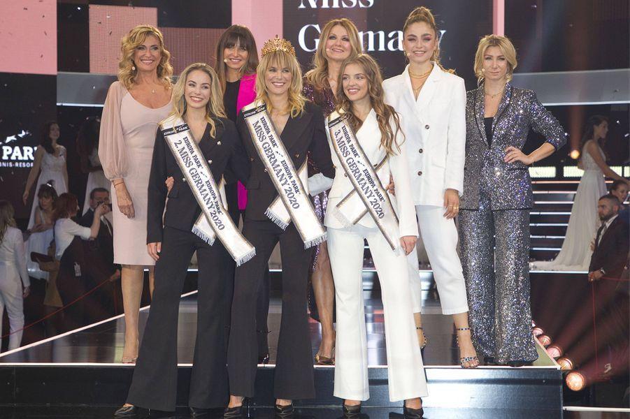 Miss Germany 2020, entourée de ses deux dauphines et le jury du concours exclusivement féminin.