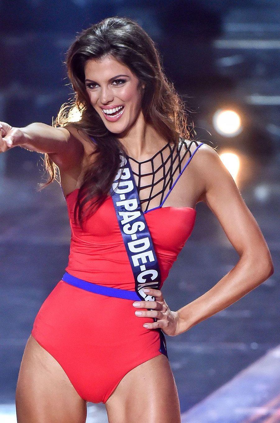 Iris Mittenaere lors du défilé en maillot de bain de l'élection Miss France 2016