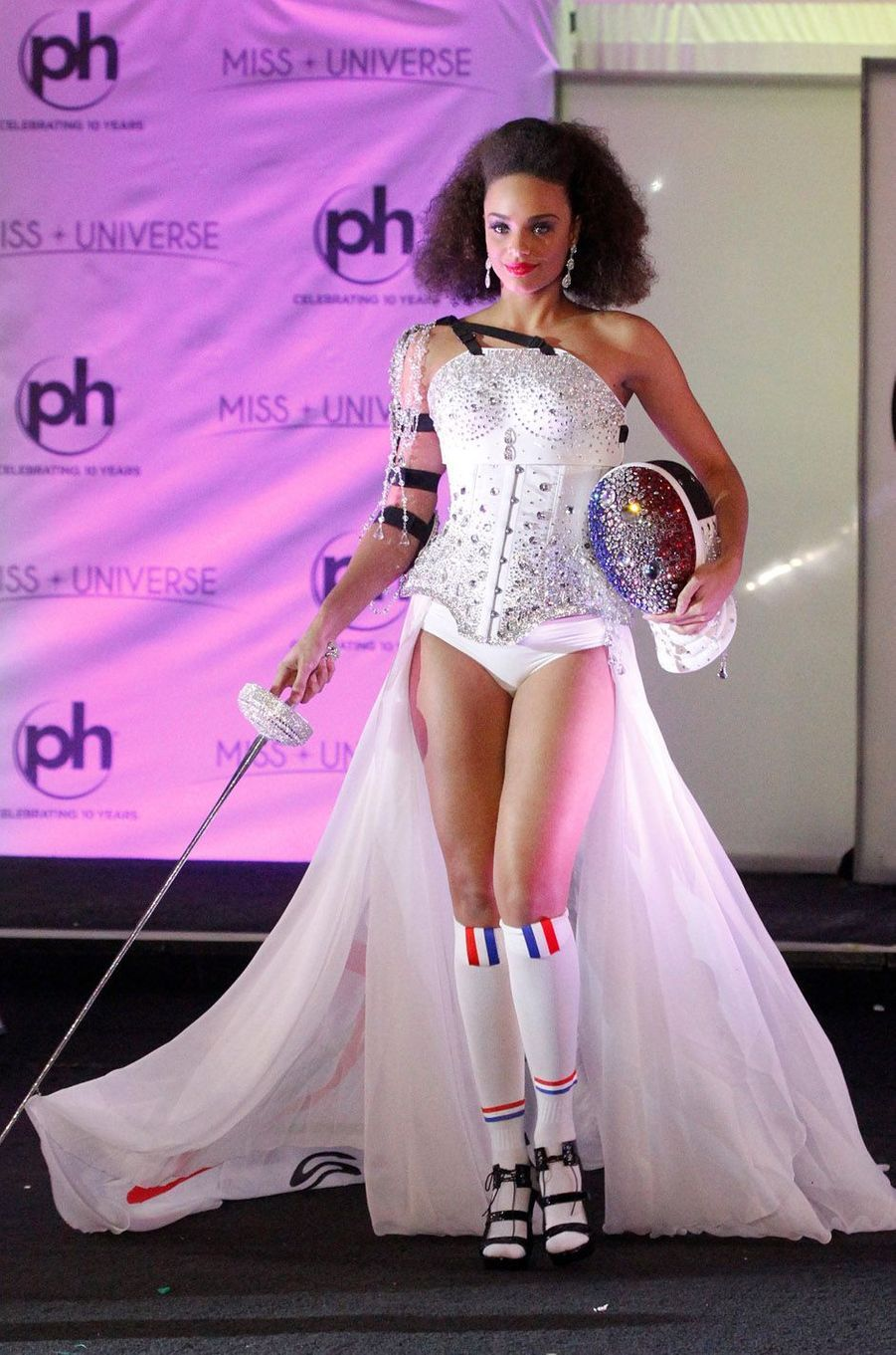 Alicia Aylies habillée en costume national pour le concours Miss Univers, le 18 novembre 2017 à Las Vegas.