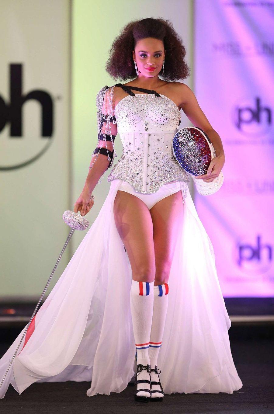 Alicia Aylies en costume national pour le concours Miss Univers, le 18 novembre 2017 à Las Vegas.