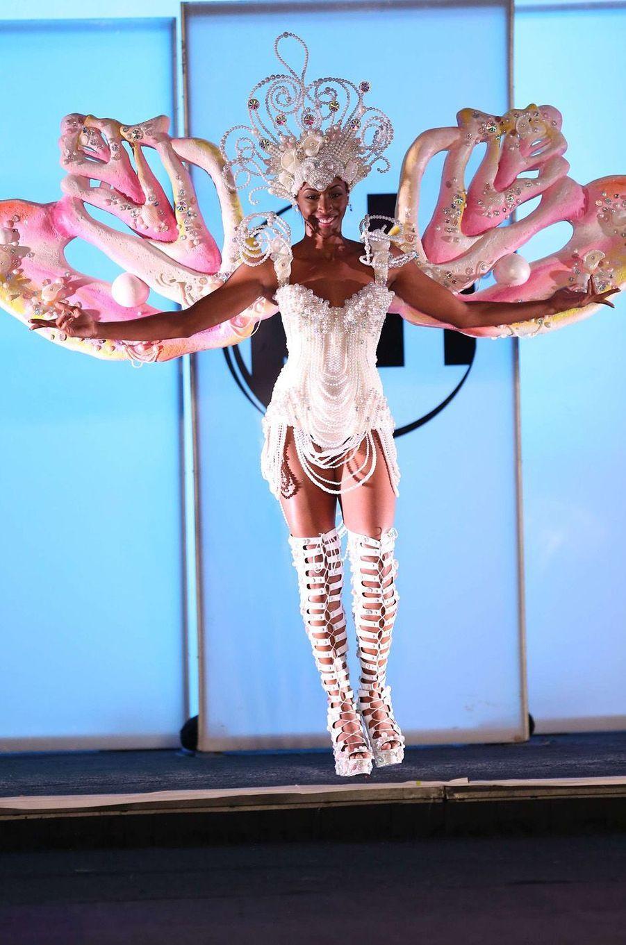 Yasmine Cooke, Miss Bahamas,en costume national pour le concours Miss Univers, le 18 novembre 2017 à Las Vegas.