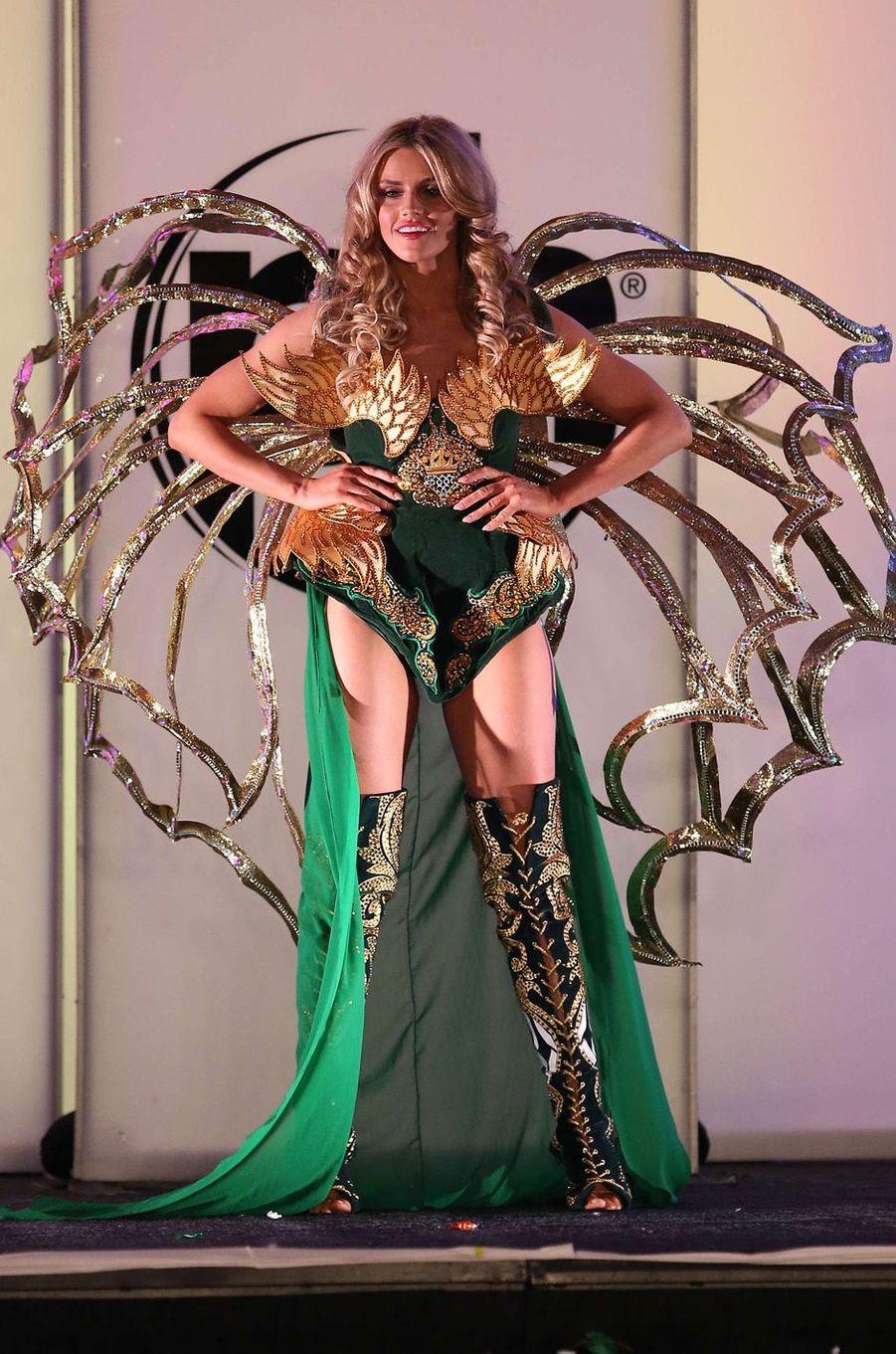 Cailin Aine Ni Toibin, Miss Irlande,en costume national pour le concours Miss Univers, le 18 novembre 2017 à Las Vegas.