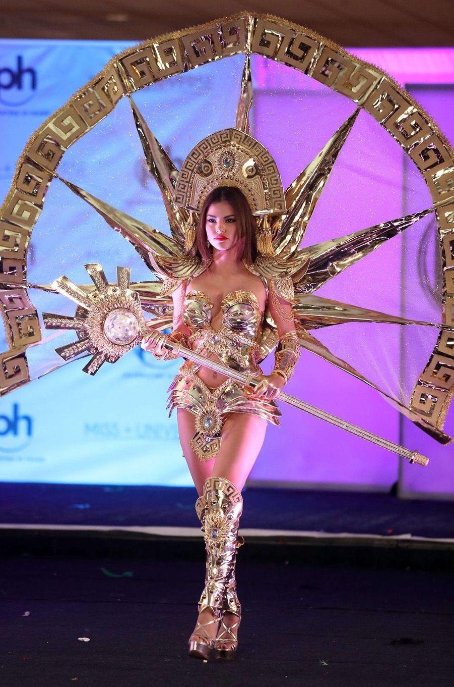Prissila Howard, Miss Pérou,en costume national pour le concours Miss Univers, le 18 novembre 2017 à Las Vegas.