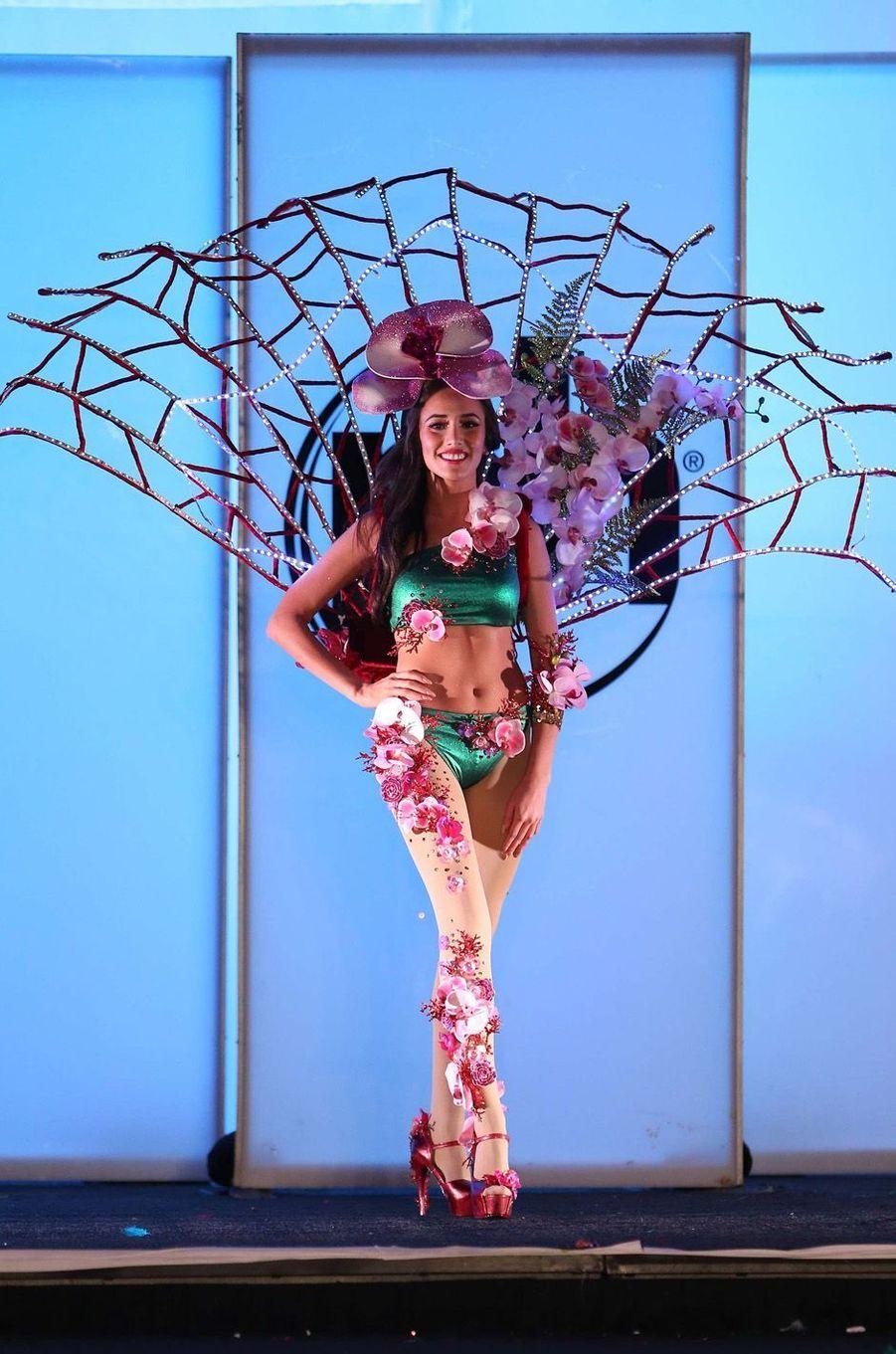 Manuela Bruntraeger, Miss Singapour,en costume national pour le concours Miss Univers, le 18 novembre 2017 à Las Vegas.