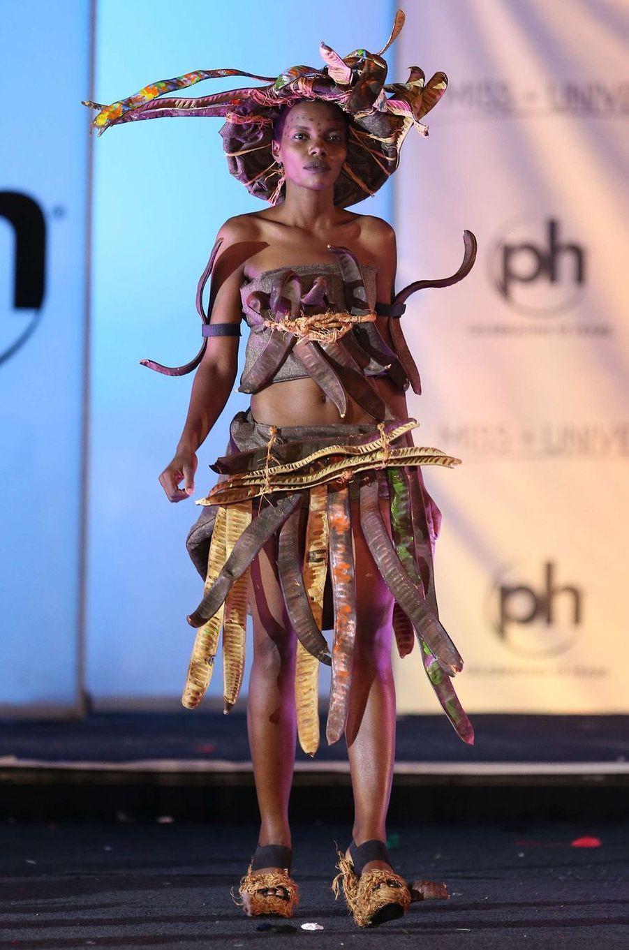 Lilian Ericaah Maraule, Miss Tanzanie,en costume national pour le concours Miss Univers, le 18 novembre 2017 à Las Vegas.